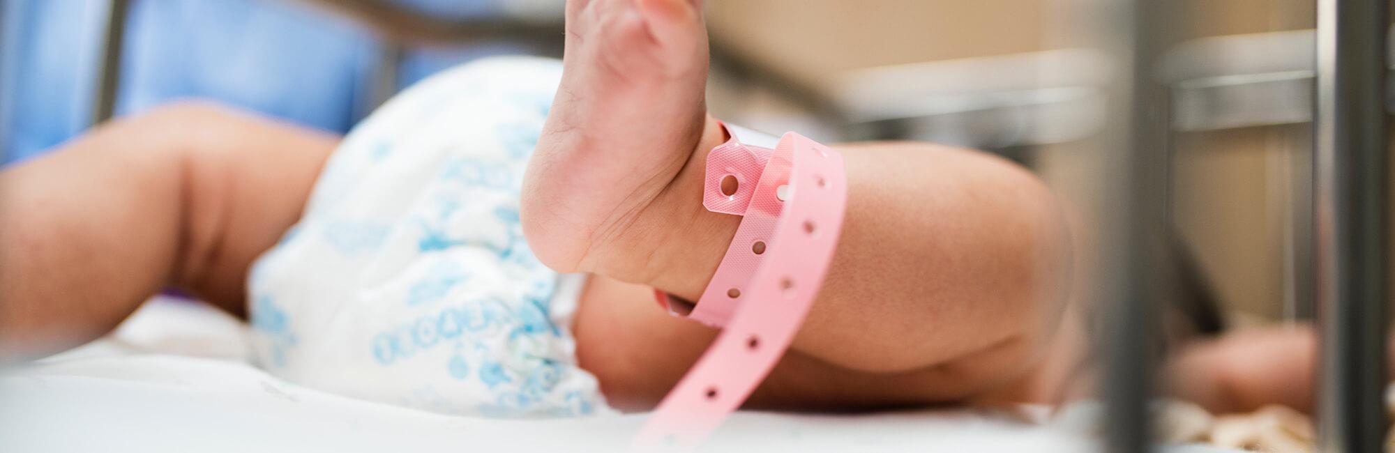 Fondation En Coeur - Jambes de bébé à l'hôpital