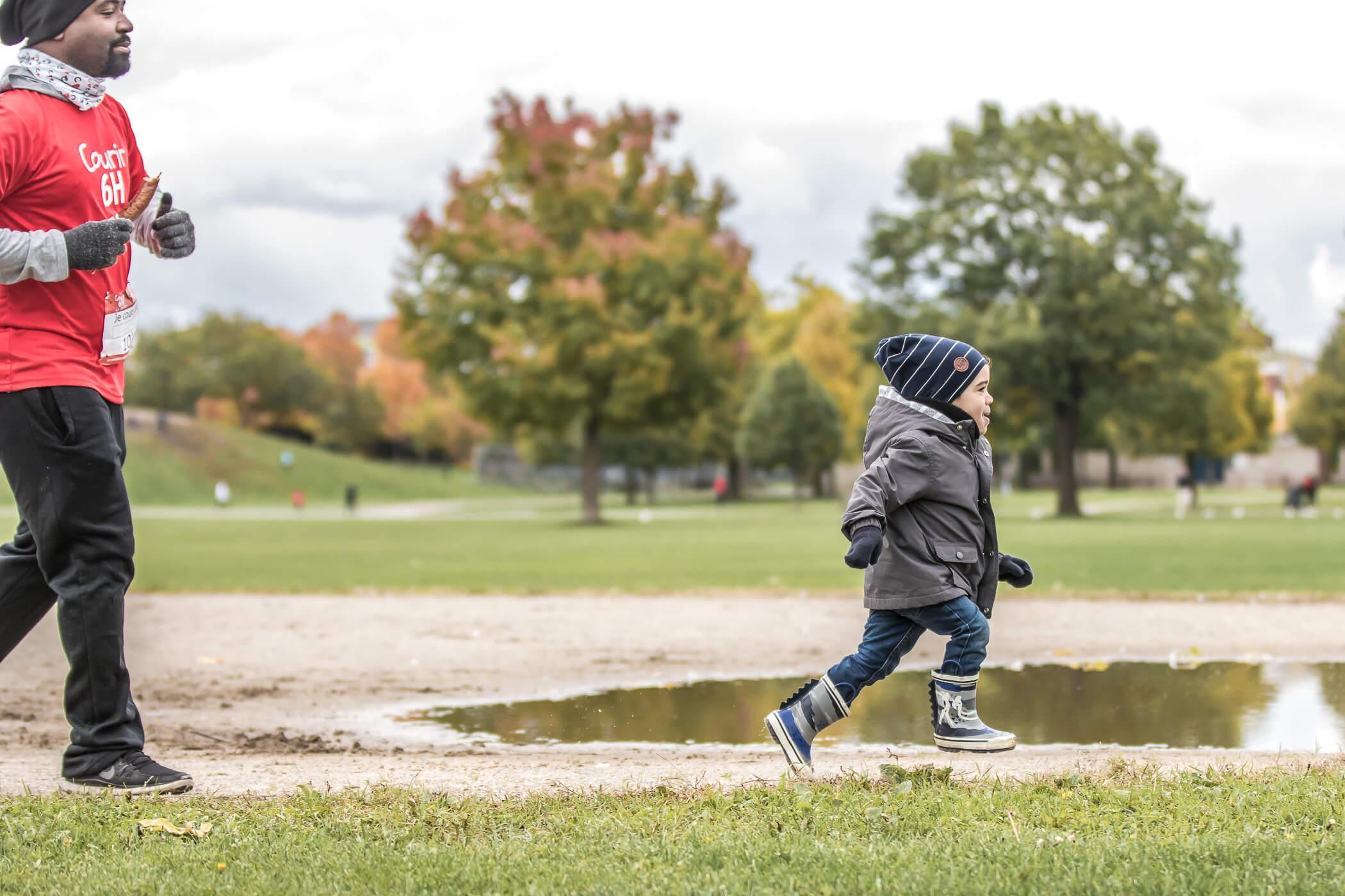 Fondation En Coeur - Homme et petit garçon courant dans un parc