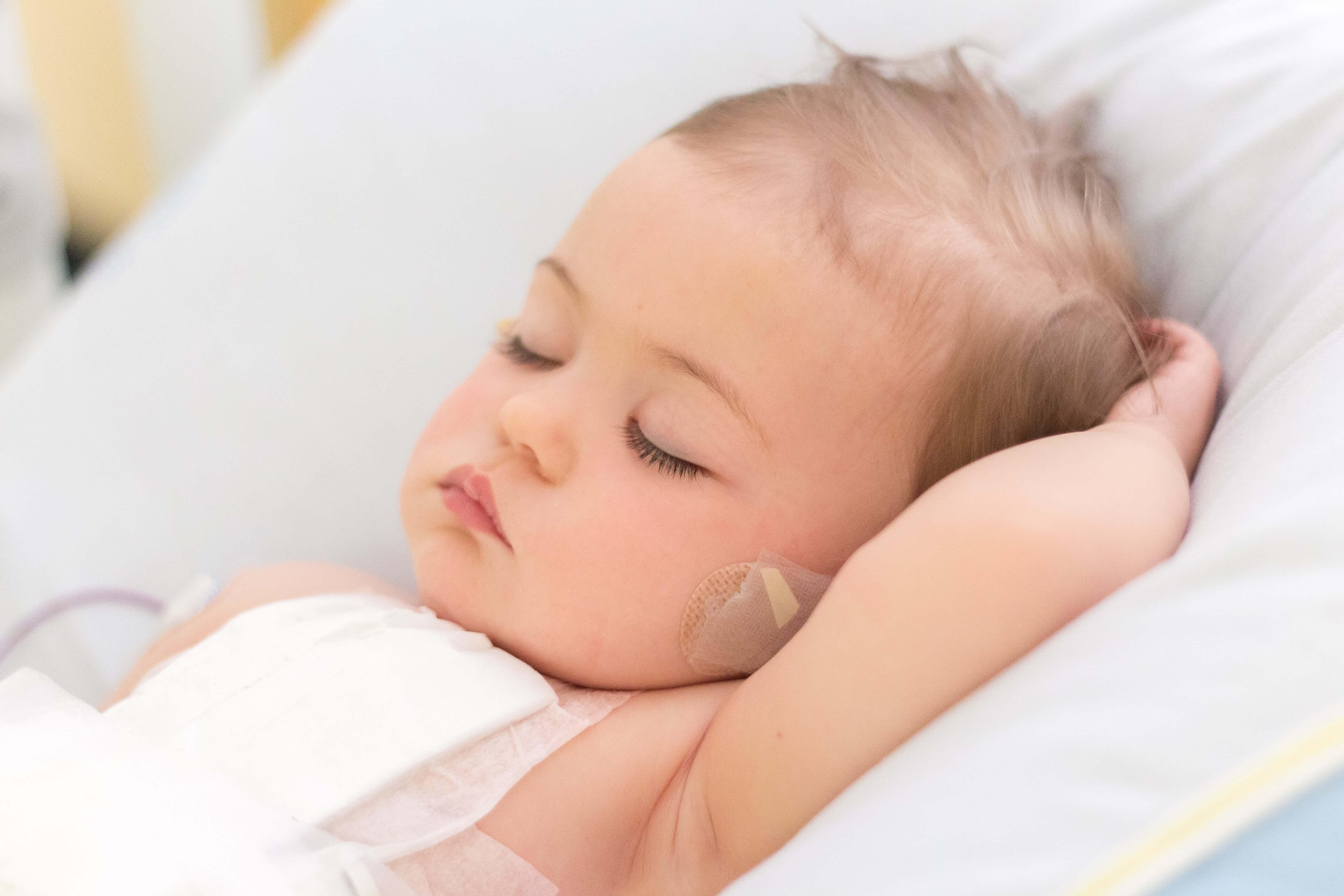 Fondation En Coeur - Bébé dormant paisiblement dans un lit d'hôpital